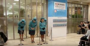 地球最後の文明国だ 日本のデパートの開店セレモニーに感激する外国人