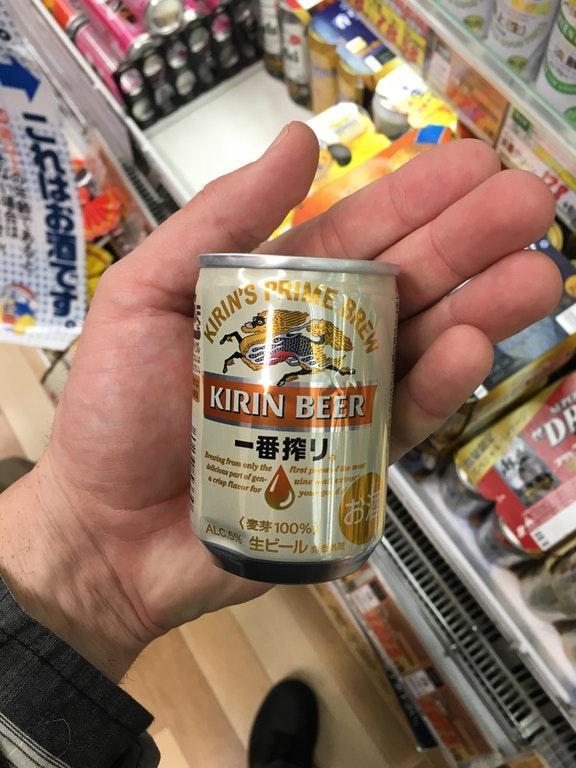 こんなちっちゃいビールを見つけたよ!日本の手のひらサイズビールに興味津々の外国人