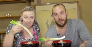 「箸でなくネギで食べるの!?」福島県のユニークな蕎麦にびっくり仰天する外国人ユーチューバー